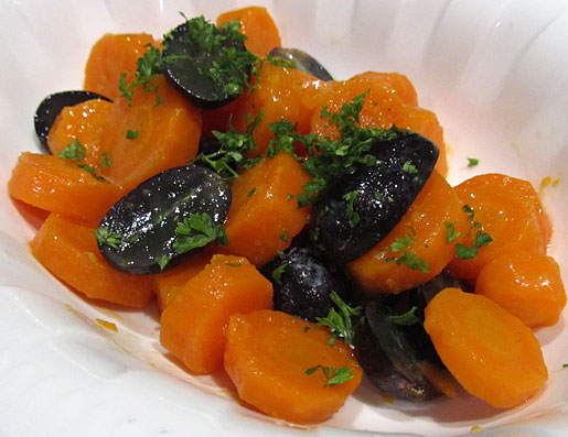 veggie dish of carrots and grapes
